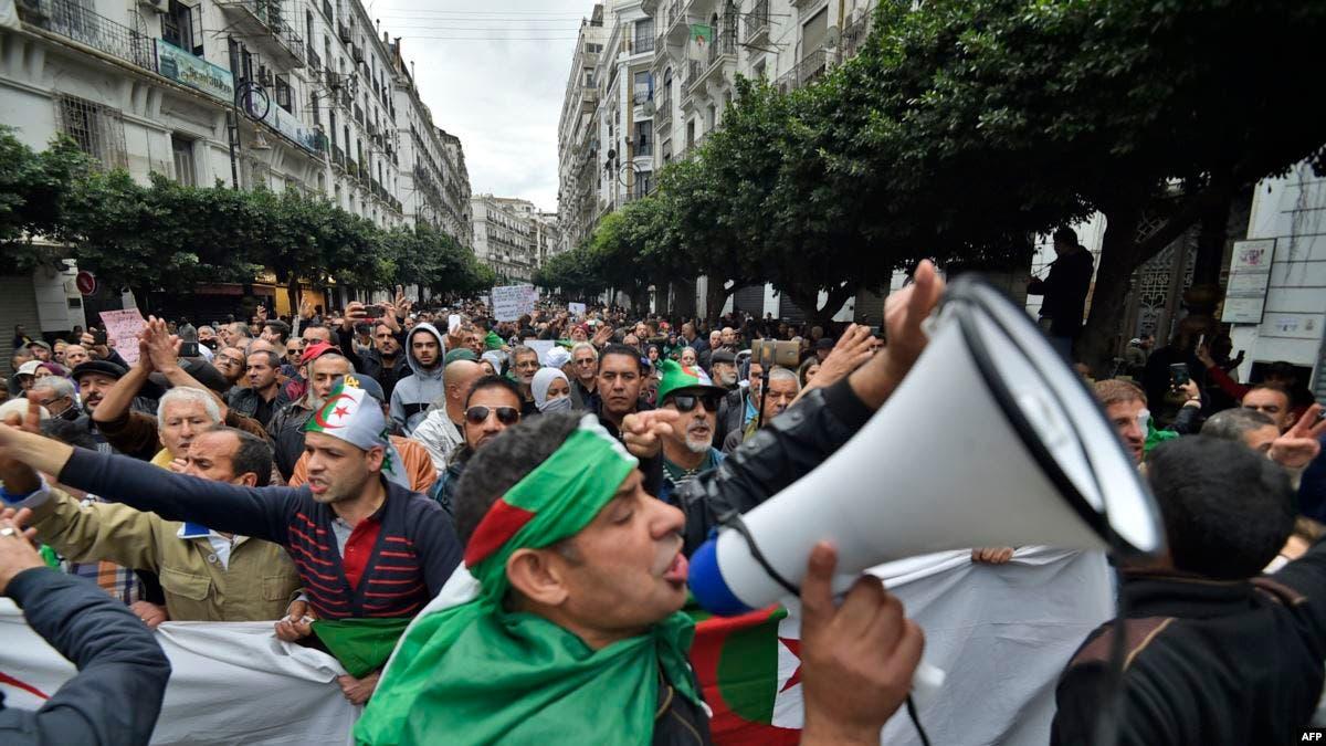الجزائريون يتظاهرون في الجمعة الأولى من العام الجديد للحراك