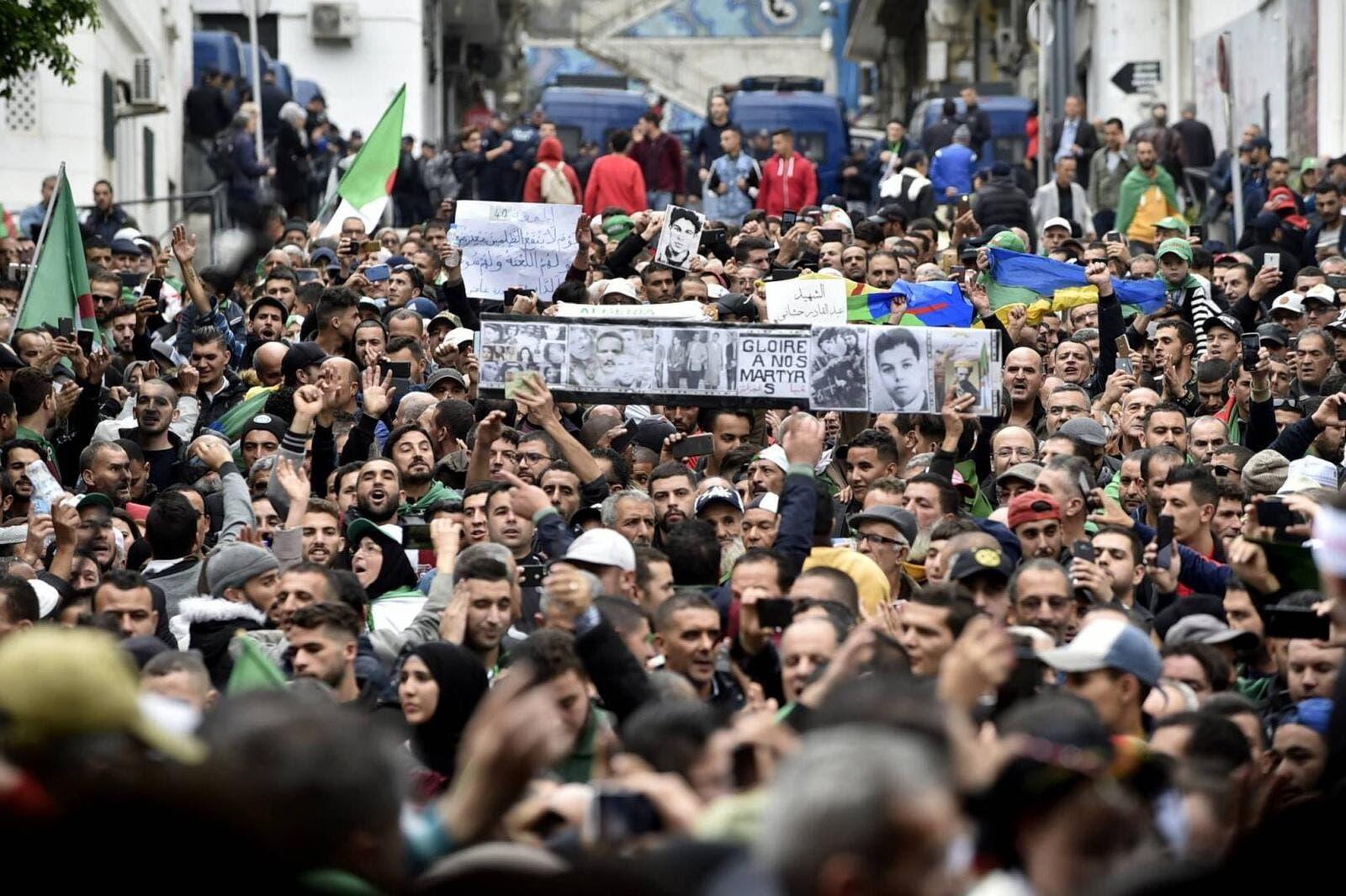 الجزائريون يواصلون التظاهر رفضا لانتخابات الرئاسة