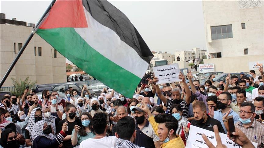 مئات الأردنيين يتظاهرون قرب السفارة الإسرائيلية مطالبين بطرد السفير
