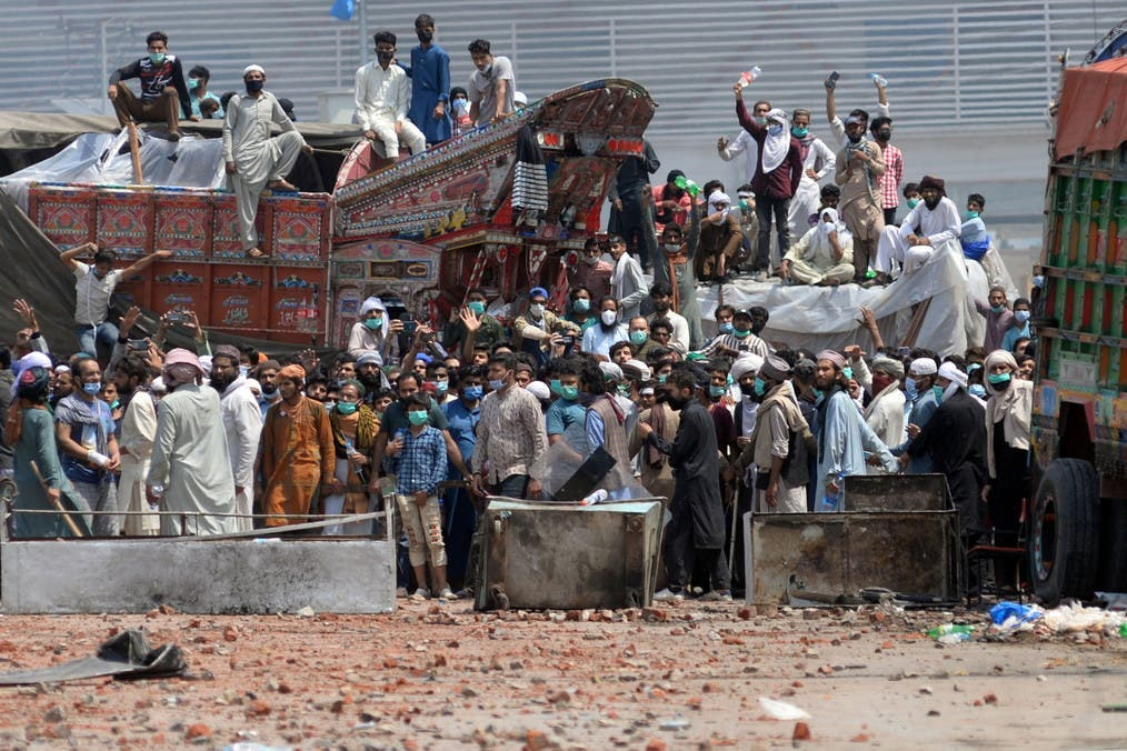 متظاهرون باكستانيون مناهضون لفرنسا يحتجزون عناصر أمن رهائن