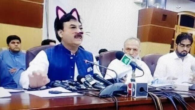 في حادث غريب … مسؤول باكستاني يستخدم فلتر القطط اثناء البث المباشر عبر Facebook Live في مؤتمر صحفي عن طريق الخطأ 
