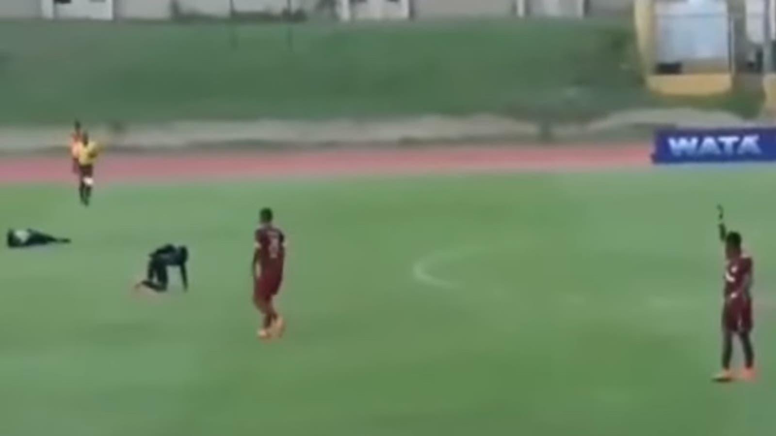 لاعبان يتعرضان للصعق بسبب البرق خلال مباراة كرة قدم.. الجمهور وثق اللحظة!