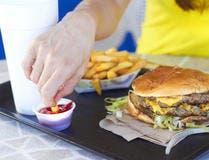 تتضمن الوجبات السريعة على الدهون المشبعة ترفع الكوليسترول السيئ بالجسم