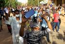 """المتظاهرين خرجوا إلى الشوارع مرددين """"حرية، عدالة وسلام"""""""