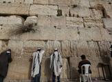 يهود يؤدون صلاواتهم المزعومة بالقرب من حائط البراق حيث عرج النبي محمد صلى الله عليه وسلم في ليلة الإسراء والمعراج
