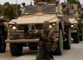 عناصر من قوات سوريا الديموقراطية وجنود اميركيون يقومون بدورية في بلدة الدرباسية في شمال شرق سوريا قرب الحدود التركية