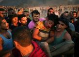فلسطينيون يحملون فتى أصيب بجروح خلال مواجهات على السياج الفاصل بين إسرائيل وقطاع غزة