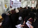 موظفون فلسطينيون مُعينون من قبل حماس ينتظرون لصرف رواتبهم المقدمة من قطر في خان يونس يوم الجمعة
