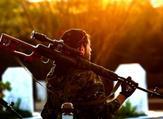 عنصر من قوات سوريا الديموقراطية خلال جنازة قيادي كردي في القامشلي