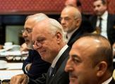 ستافان دي ميستورا يجلس بين جاويش أوغلو (في اليسار) ومحمد جواد ظريف في لوزان بسويسرا