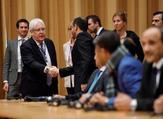 مبعوث الأمم المتحدة إلى اليمن يصافح أعضاء الوفدين المشاركين في محادث السلام اليمنية في ريمبو بالسويد