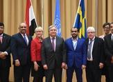انطونيو غوتيريش متوسطا وزير الخارجية اليمني خالد اليماني (الثاني من اليسار) ووزيرة الخارجية السويدية مارغو فالستروم ورئيس وفد المتمردين محمد عبد السلام (الرابع من اليمين) في ريمبو بالسويد