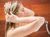 غسل الشعر أثناء الدورة تعمل على اختلال توازن الهرمونات في الجسم