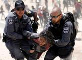 اعتقال فتاة فلسطينية من قبل قوات الاحتلال في الخان الأحمر/ أرشيفية