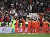 لاعبو الصين يحييون الجماهير بعد الفوز الكبير