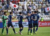 لاعبو اليابان يحتفلون بالهدف الثالث