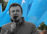 Dolkun Isa speaks at a Uyghur rally (World Uyghur Congress)