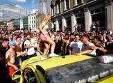 لاريسا براون أثناء إحتفالها على سيارة الإسعاف