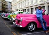 سيارات قديمة ملونة تستخدم لنقل السياح في هافانا في كوبا