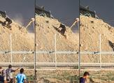 فلسطيني يجتاز السياج الفاصل ويصعد إلى تلة يتمركز بها قناصة الاحتلال شرق مدينة غزة ليصبح أمامهم وجها لوجه.