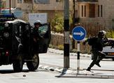 مواجهات عنيفة اندلعت بين عشرات الشبان وبين قوة عسكرية داهمت منطقة بلاطة