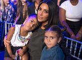 كيم كارداشيان مع ابنتها نورث وابنة شقيقتها بينيلوبي
