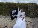 """الإيرلندية """"أماندا تيجه"""" في يوم زفافها من شبح القرصان سبارو (dailymail.co.uk)"""