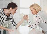 والحكمة في تعاملك مع أم زوجكِ تقتضي منكِ إسماعها الكلام الحسن وعدم معاندتها  (shutterstock.com)
