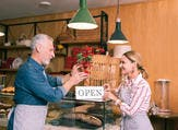 إذا حققت زوجتك نجاحا في عملها لا بد من تشجيعها، لأن هذا سيجعلها تحبك أكثر مما تتوقع (shutterstock.com)
