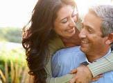 الأشخاص الذين لديهم شبكة علاقات اجتماعية جيّدة ومُسانِدَة يتمتعون بأعمار أطول من سواهم