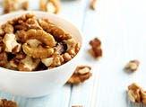 الألياف الغذائية للجوز تعتبر غذاء جيدا للبكتريا المفيدة في الأمعاء (shutterstock.com)