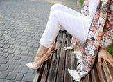 تبرز ألوان الكارديجان أنوثة المرأة وتخفي عيوب جسدها (shutterstock.com)