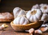 الزيت المُستخلص من الثوم قد يلعب دوراً إيجاباً في صحّة العظام (shutterstock.com)