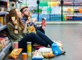 الأكل الطائش.. بعض الناس يتسلى بالأكل (shutterstock.com)