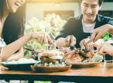 تناول طعام لذيذ بمشاركة الأصدقاء من العوامل التي تعدل المزاج (shutterstock.com)