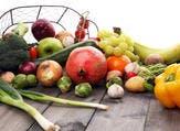 تعتبر الخضروات والفاكهة مصدرًا غنيًا بالفيتامينات (shutterstock.com)