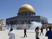 Palestinians run for cover from sound grenades fired by Israeli security forces outside the Dome of the Rock mosque in Jerusalem's Al-Aqsa Mosque compound on August 11, 2019. (AFP/ File Photo)