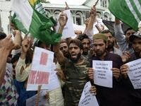 Protesters shout slogans at a rally against the Indian government's move to strip Jammu and Kashmir of its autonomy and impose a communications blackout, in Srinagar on August 16, 2019. (STR / AFP)
