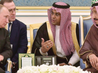 Putin (L)  paying attention to Saudi King (AFP File Photo)