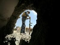 A member of the Iraqi forces reloads a rocket-propelled grenade during clashes with Islamic State (IS) group fighters in the old city of Mosul © AFP AHMAD AL-RUBAYE