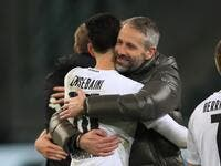 Moenchengladbach's coach Marco Rose (R) embraces Algerian defender Ramy Bensebaini after the match (Photo: WOLFGANG RATTAY / AFP)