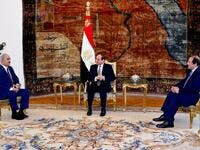 Egyptian president Abdel Fattah al-Sisi (C) and intelligence chief Abbas Kamel (R) meeting Libyan strongman Khalifa Haftar (L) at the Ittihadia presidential Palace in the capital Cairo. (AFP/ File Photo)
