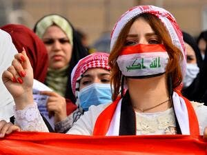Anti-government protesters demonstrate wearing surgical masks in the central Iraqi holy shrine city of Najaf on February 24, 2020. Haidar HAMDANI / AFP