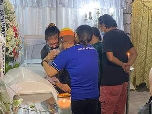"94-year-old Carmen Rufino weeps upon seeing the remains of her daughter Sonia Gregorio and her grandson Frank, who were killed by cop Jonel Nuezca in Paniqui, Tarlac. The victims' family calls for ""swift justice"". (Twitter)"