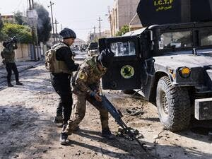 An Iraqi special forces Counter Terrorism Service (CTS) member loads his machine gun during a battle against Daesh in Mosul's al-Rifaq neighbourhood on January 8, 2017. (AFP/Dimitar Dilkoff)