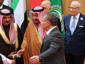 Jordan's King Abdullah II (2-R) speaks to Saudi Arabia's King Salman bin Abdulaziz al-Saud (2-L) as Tunisian President Beji Caid Essebsi (R) stands behind them during the Arab League summit in the Jordanian Dead Sea resort of Sweimeh on March 29, 2017. (AFP/Khalil Mazraawi)