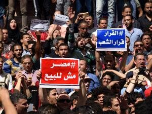 "Egyptians rally outside Cairo's Press Syndicate, bearing signs saying ""Egypt is not for Sale"" (AFP / Mohamed el-Shahed)"