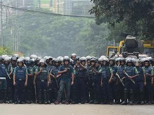 Bangladeshi police stand guard during a student protest in Dhaka on August 5, 2018. (Photo by AFP)
