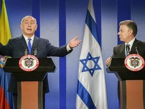 Prime Minister Benjamin Netanyahu, left, and former Colombian President Juan Manuel Santos at a ceremony to sign agreements at the Narino palace in Bogota, 2017. (AFP/Raul Arboleda)