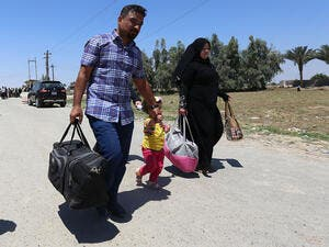 Residents from the city of Ramadi flee their homes on May 16, 2015 as Daesh tightened their siege on the last government positions in the capital of Anbar province, a day after they seized the city's government headquarters. (AFP/Sabah Arar)